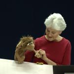 Ellen und ihr kleiner Löwe Leo erzählen, wie sie sich kennengelernt haben